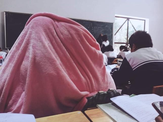 Miền Bắc trời rét đậm dưới 15 độ, học sinh rủ nhau mang chăn đến trường giữ ấm ảnh 6