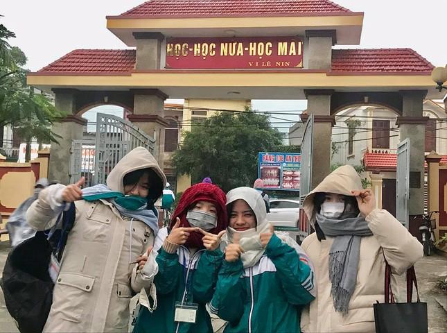 Miền Bắc trời rét đậm dưới 15 độ, học sinh rủ nhau mang chăn đến trường giữ ấm ảnh 4