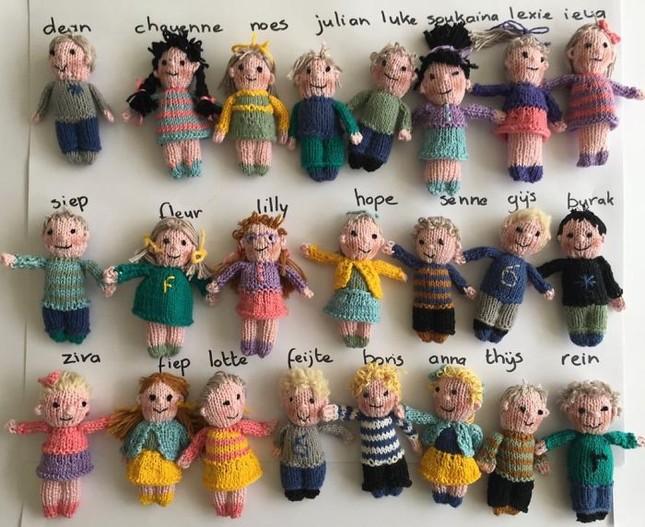 Cô giáo có tâm nhất quả đất: Tự đan búp bê học sinh vì quá nhớ trò ảnh 1