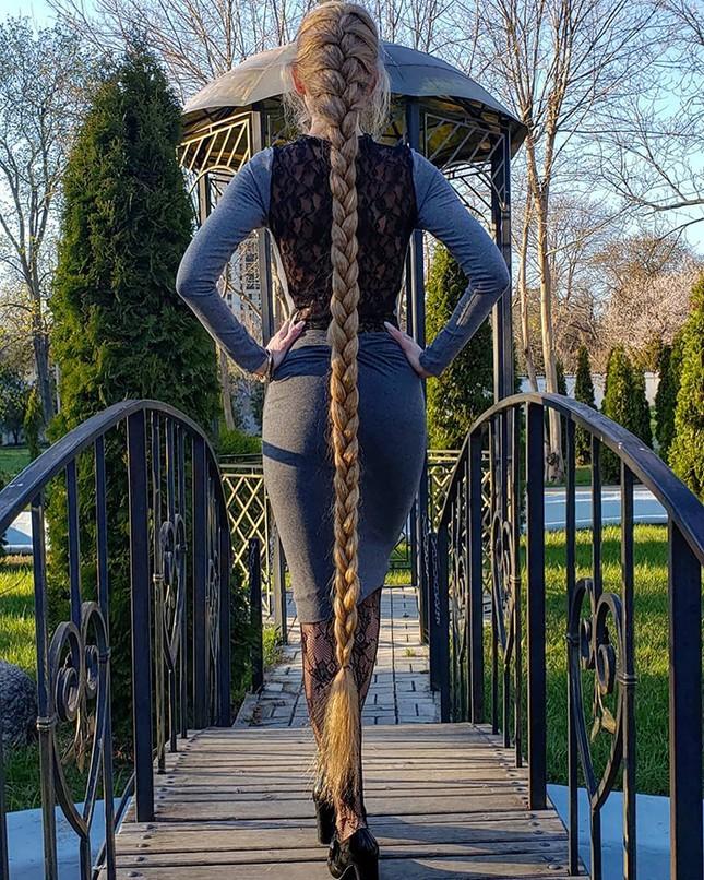 """Chiêm ngưỡng """"công chúa Rapunzel"""" đời thực với mái tóc vàng óng dài tận 1,8m ảnh 4"""
