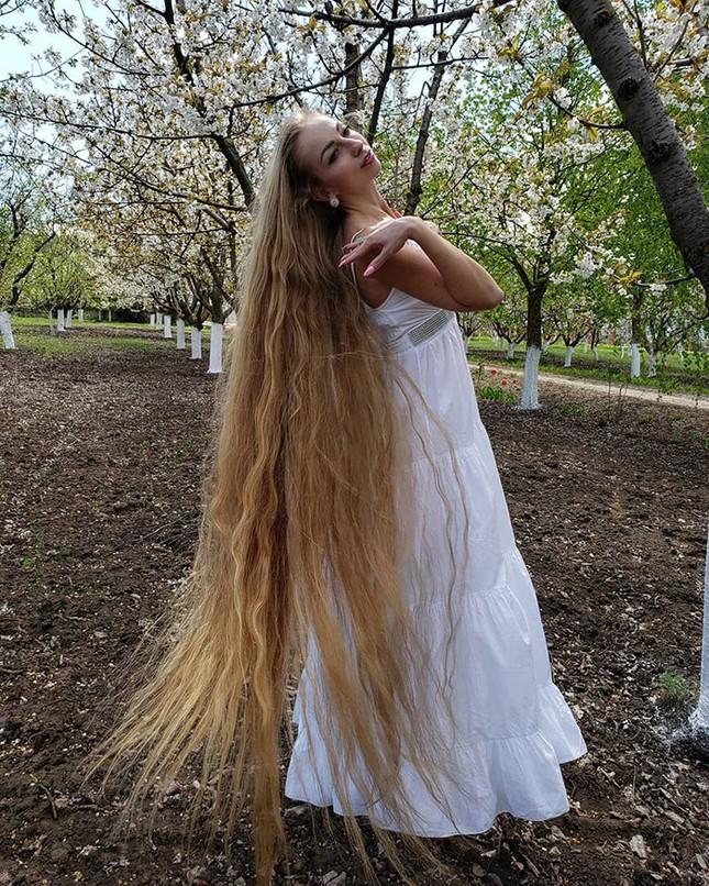 """Chiêm ngưỡng """"công chúa Rapunzel"""" đời thực với mái tóc vàng óng dài tận 1,8m ảnh 2"""