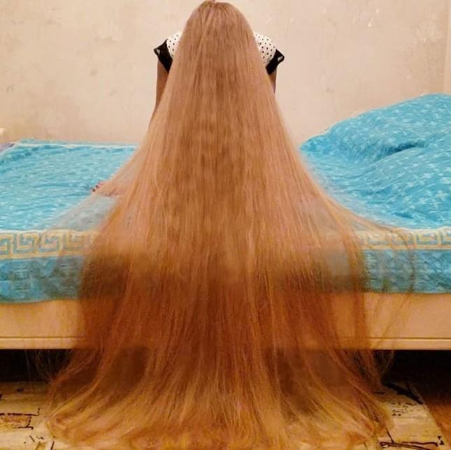 """Chiêm ngưỡng """"công chúa Rapunzel"""" đời thực với mái tóc vàng óng dài tận 1,8m ảnh 3"""