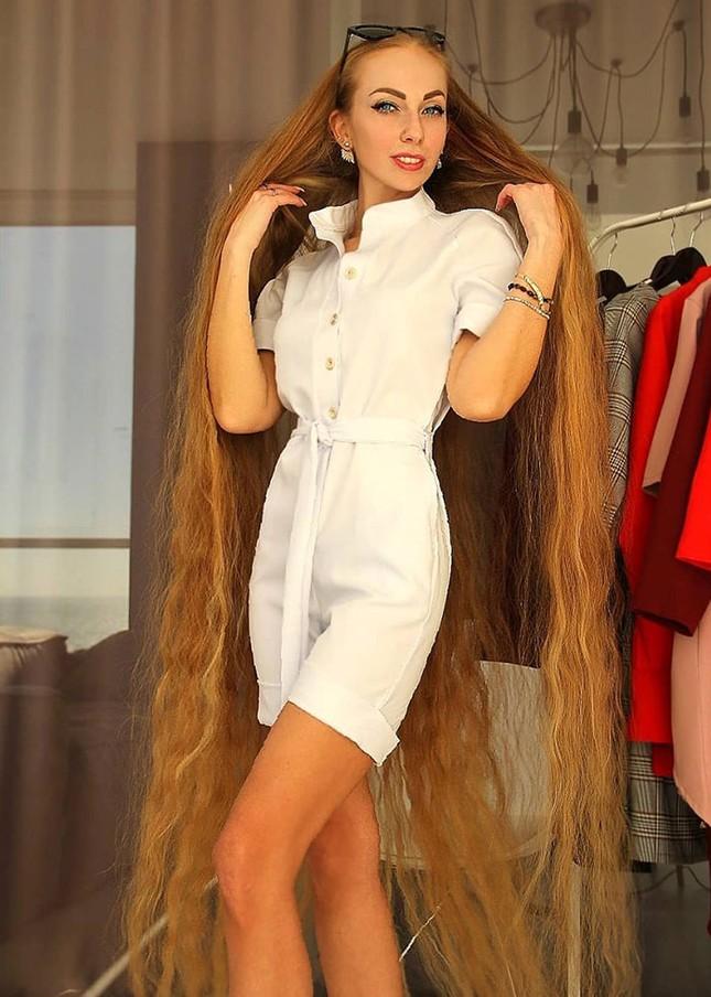 """Chiêm ngưỡng """"công chúa Rapunzel"""" đời thực với mái tóc vàng óng dài tận 1,8m ảnh 1"""