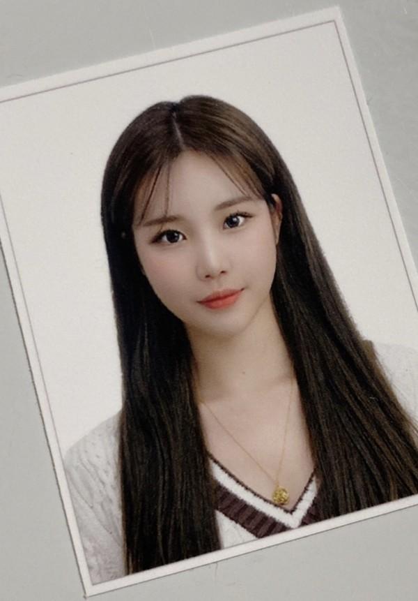 """JooE (Momoland) bị netizen kết tội """"lừa đảo"""" vì khoe ảnh thẻ xinh như búp bê ảnh 1"""
