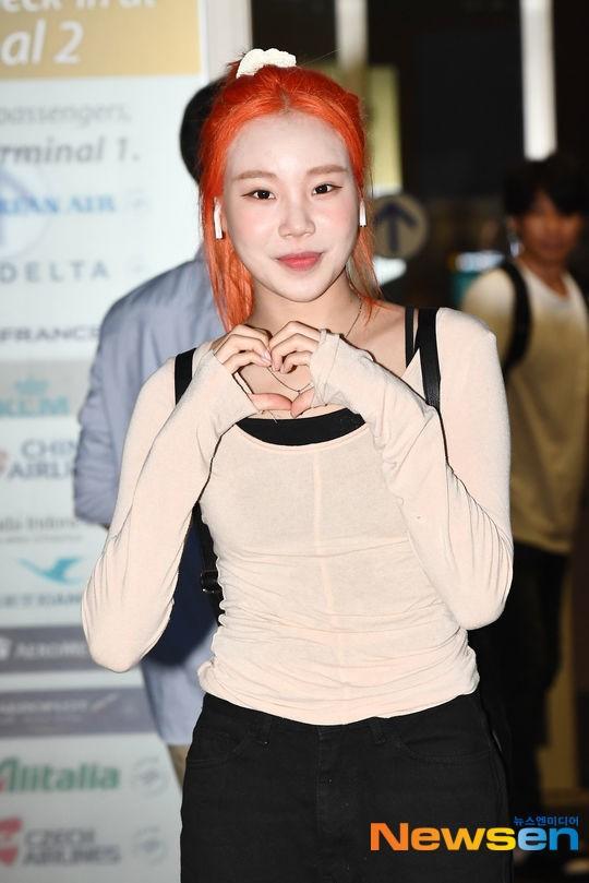 """JooE (Momoland) bị netizen kết tội """"lừa đảo"""" vì khoe ảnh thẻ xinh như búp bê ảnh 2"""