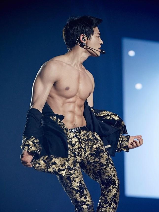 Từ Baekho (NU'EST) đến Jaehyun (NCT) - màn khoe cơ bụng đỉnh cao của các nam thần K-Pop ảnh 8