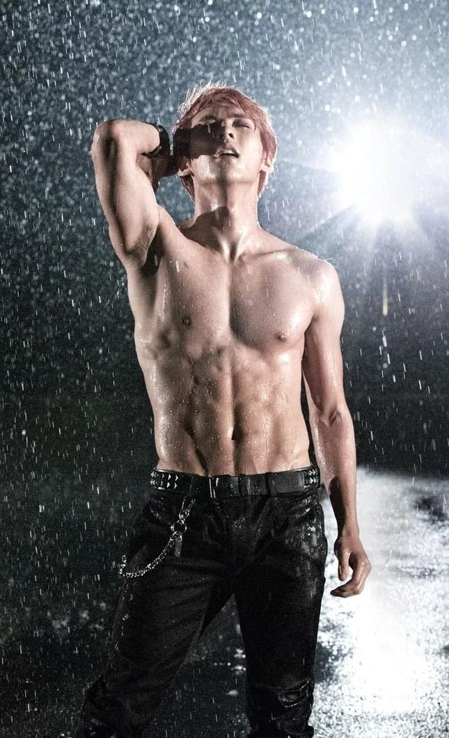 Từ Baekho (NU'EST) đến Jaehyun (NCT) - màn khoe cơ bụng đỉnh cao của các nam thần K-Pop ảnh 9