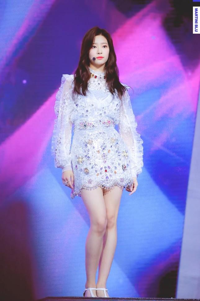 """Đâu chỉ Jang Won Young, Kim Min Joo cũng xứng làm """"Thủy thủ Mặt Trăng"""" của IZ*ONE ảnh 2"""