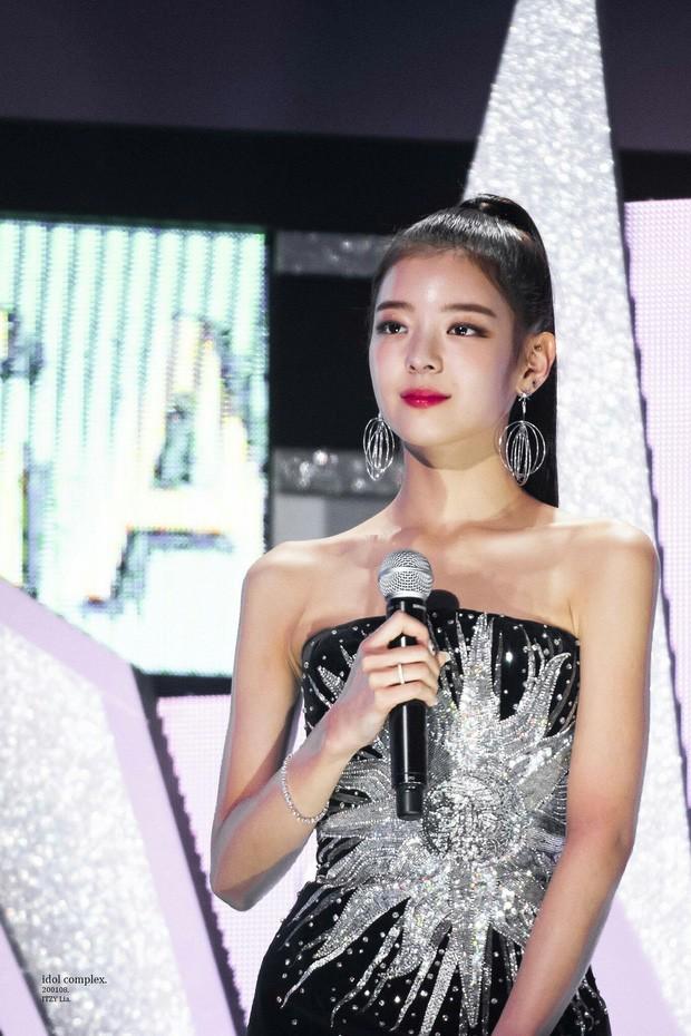 Thế nào là bờ vai đẹp chuẩn trong mắt người Hàn? Nhìn Jennie (BLACKPINK) là biết! ảnh 6
