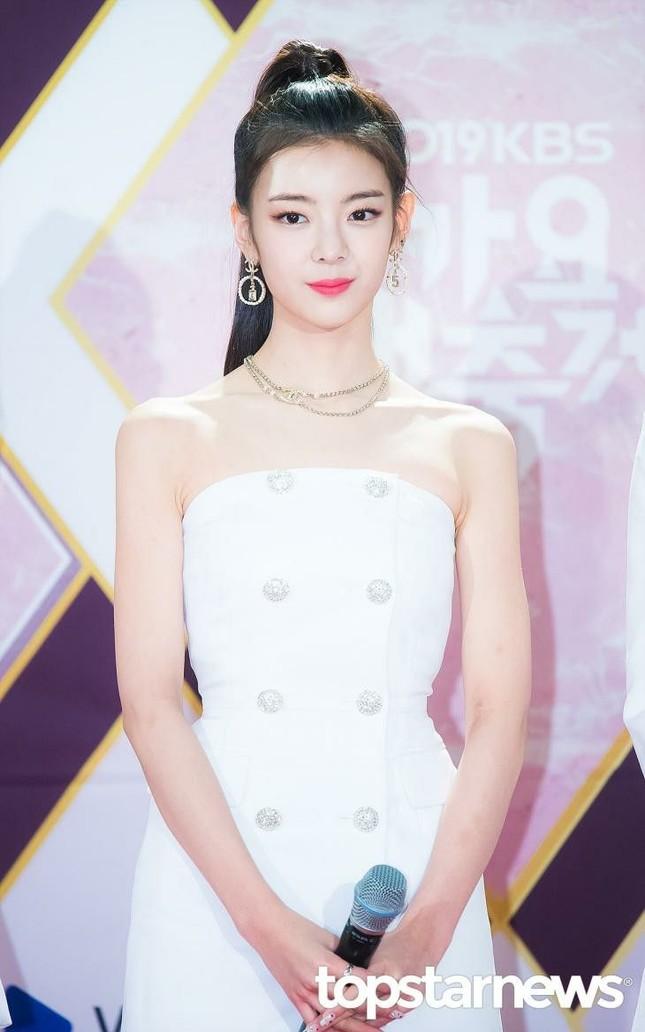 Netizen xứ Hàn quan tâm đến cả khuôn đầu của idol và đây là cô gái được khen nhiều nhất ảnh 1