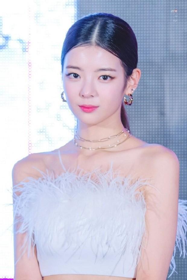 Netizen xứ Hàn quan tâm đến cả khuôn đầu của idol và đây là cô gái được khen nhiều nhất ảnh 5