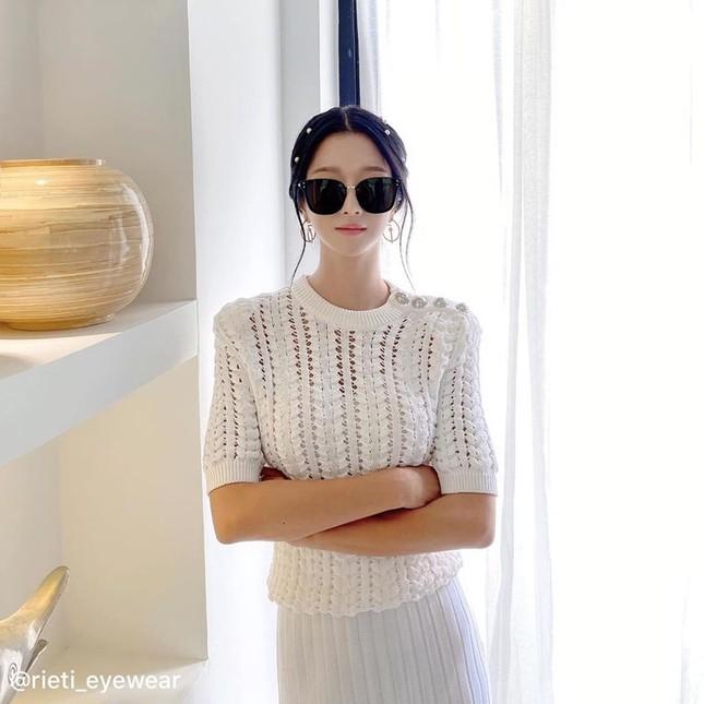 """Trên phim ít đeo kính mát nhưng """"Điên Thì Có Sao"""" vừa hết, Seo Ye Ji đã làm điều này ảnh 10"""