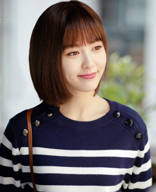 """Vì sao các """"nữ thần thanh xuân"""" phim Hoa ngữ đều chọn kiểu tóc quen thuộc này? ảnh 9"""