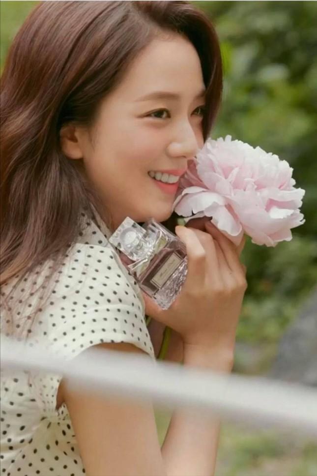 """Khi Jisoo (BLACKPINK) đụng hàng Suzy: Cuộc chiến sắc đẹp của các """"Nữ thần K-Pop""""  ảnh 1"""