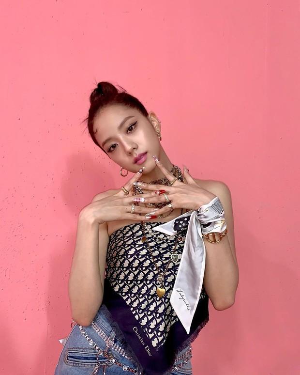 """Khi Jisoo (BLACKPINK) đụng hàng Suzy: Cuộc chiến sắc đẹp của các """"Nữ thần K-Pop""""  ảnh 4"""