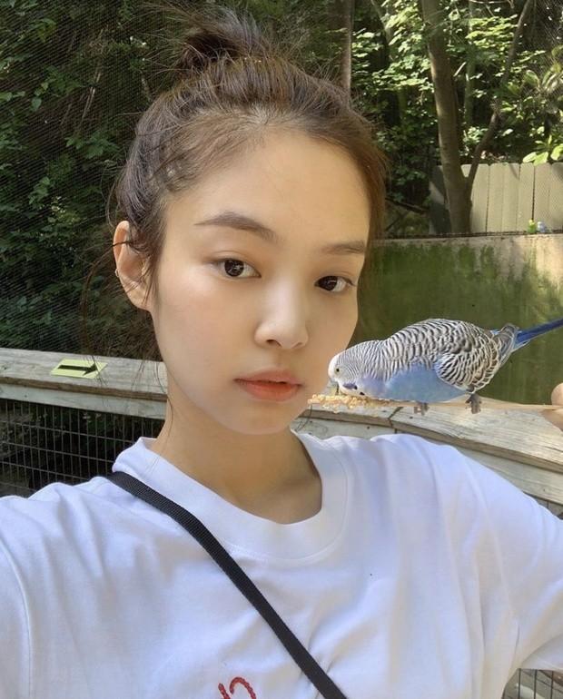 Jennie (BLACKPINK) - nữ idol đầu tiên tự tin khoe mặt mộc lên sân khấu ca nhạc? ảnh 4