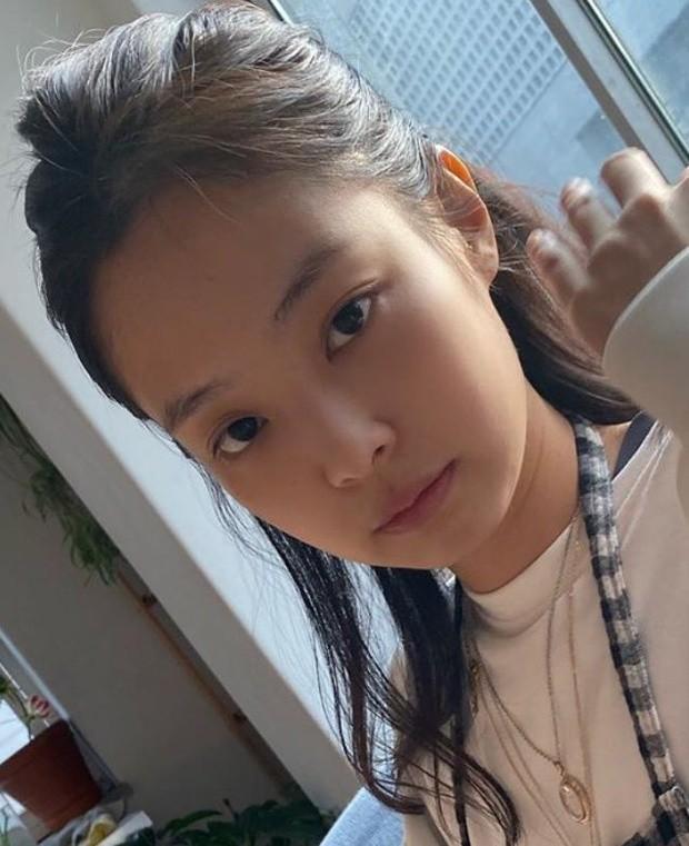 Jennie (BLACKPINK) - nữ idol đầu tiên tự tin khoe mặt mộc lên sân khấu ca nhạc? ảnh 9