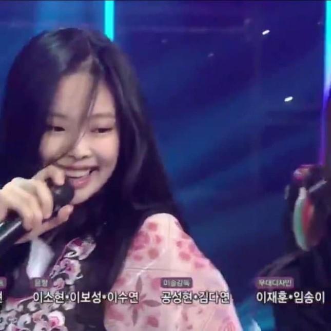 Jennie (BLACKPINK) - nữ idol đầu tiên tự tin khoe mặt mộc lên sân khấu ca nhạc? ảnh 2