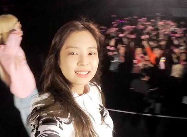 Jennie (BLACKPINK) - nữ idol đầu tiên tự tin khoe mặt mộc lên sân khấu ca nhạc? ảnh 6