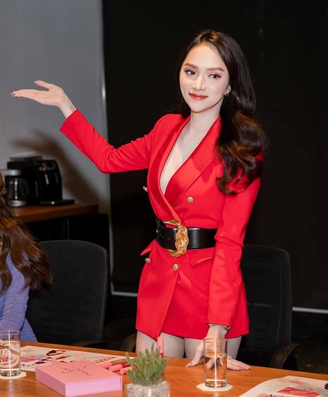 """BLACKPINK biến áo thành váy được khen tới tấp, Hương Giang thì chỉ thấy nguy cơ """"lộ hàng"""" ảnh 2"""