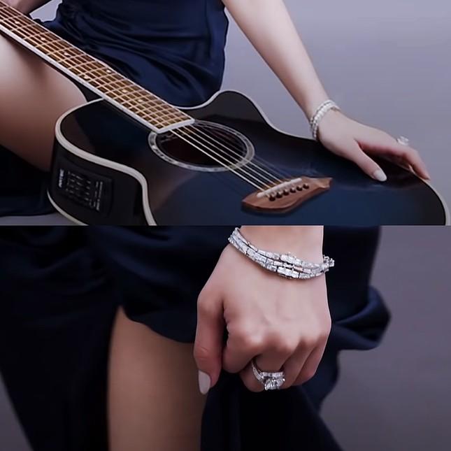 Chiếc nhẫn Rosé (BLACKPINK) đeo trên tạp chí W có gì đặc biệt mà gây tranh cãi ồn ào? ảnh 2