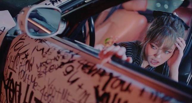 """Gia thế siêu khủng của trai đẹp Lisa dựa vào trong MV """"Lovesick Girls"""" gây choáng ảnh 2"""