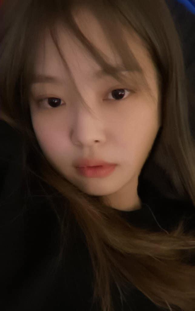 Lisa nổi tiếng là cao thủ tóc mái mà sao Jennie loay hoay giữ tóc thấy mà thương ảnh 1