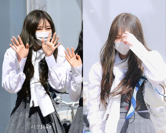 Lisa nổi tiếng là cao thủ tóc mái mà sao Jennie loay hoay giữ tóc thấy mà thương ảnh 3