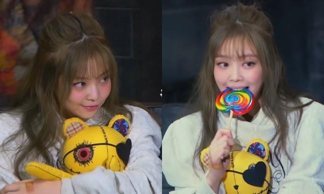 Lisa nổi tiếng là cao thủ tóc mái mà sao Jennie loay hoay giữ tóc thấy mà thương ảnh 6
