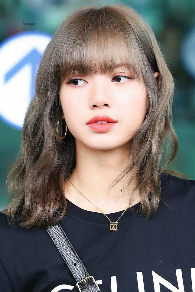 Lisa nổi tiếng là cao thủ tóc mái mà sao Jennie loay hoay giữ tóc thấy mà thương ảnh 8