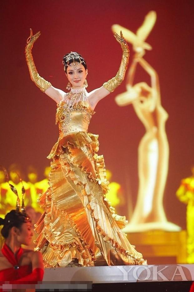 Chưa cần biết ai diện, váy của Nữ thần Kim Ưng năm 2020 đã bị trừ điểm vì một thứ ảnh 1