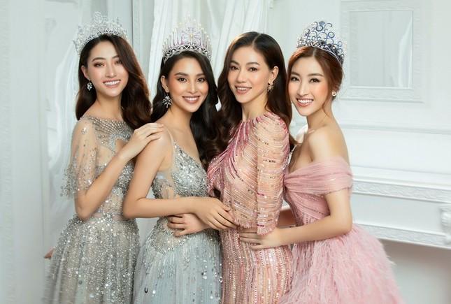 Ban tổ chức Hoa hậu Việt Nam 2020 cùng các Hoa hậu tới vùng lũ hỗ trợ miền Trung ảnh 2