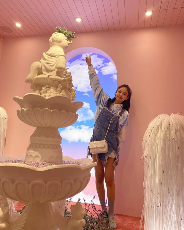 """""""Nữ thần Kim Ưng 2020"""" Tống Thiến đụng hàng Chanel với Jennie: Bất phân thắng bại! ảnh 10"""