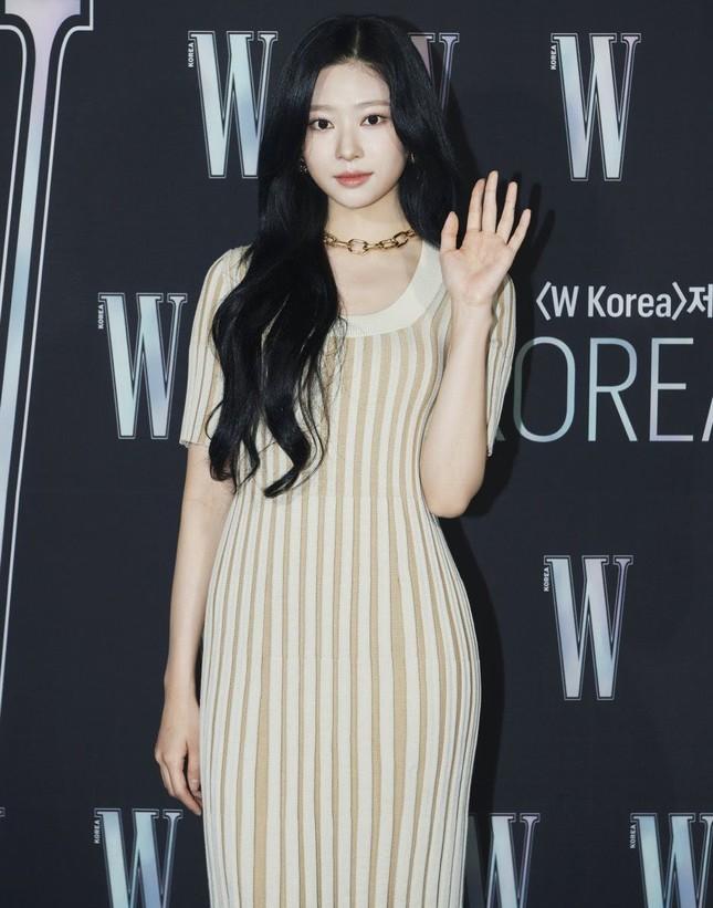 """Nhờ màn đụng hàng của Momo và Kim Min Joo mới thấy mẫu váy này """"thần thánh"""" cỡ nào ảnh 1"""