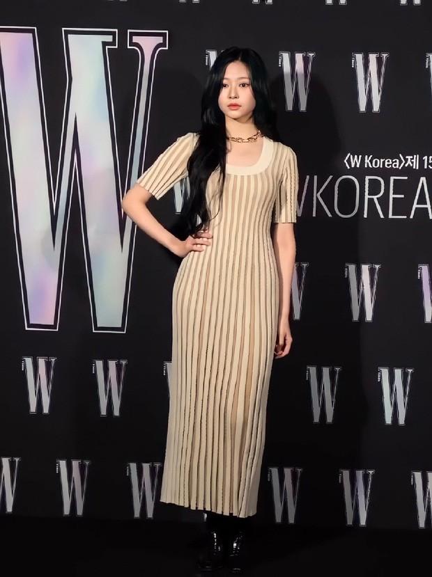 """Nhờ màn đụng hàng của Momo và Kim Min Joo mới thấy mẫu váy này """"thần thánh"""" cỡ nào ảnh 2"""