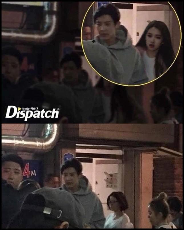Tấm ảnh này của Rosé và Chanyeol có gì bất thường mà Dispatch phải tuyên bố cực gắt? ảnh 1
