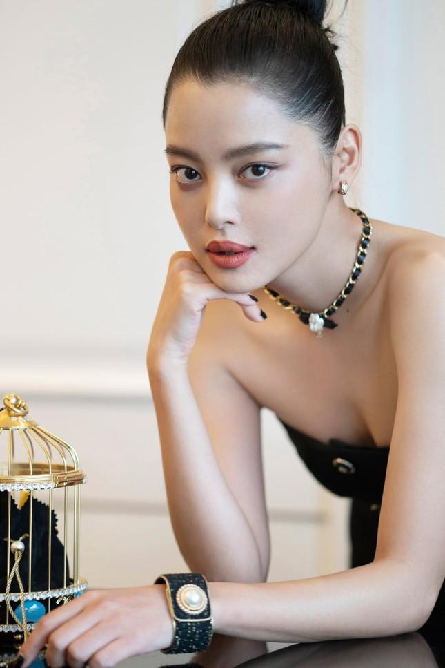Hiếm hoi lắm mới thấy Jennie (BLACKPINK) chịu lép vế người khác khi đụng hàng đồ Chanel ảnh 5
