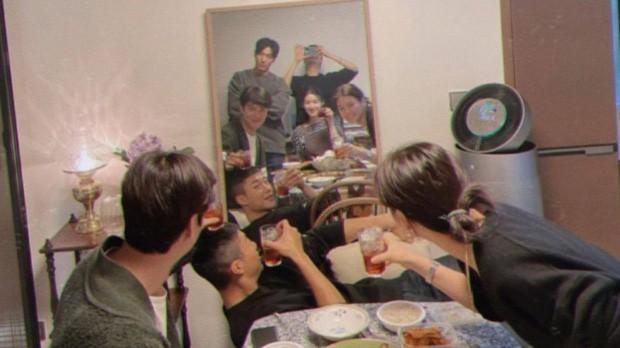 """""""Quân Vương Bất Diệt"""" tung ảnh hội ngộ, Lee Min Ho - Kim Go Eun có hành động bất thường ảnh 1"""