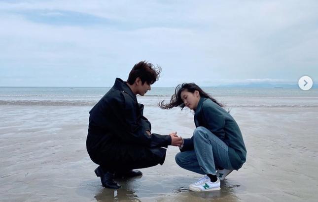"""""""Quân Vương Bất Diệt"""" tung ảnh hội ngộ, Lee Min Ho - Kim Go Eun có hành động bất thường ảnh 3"""