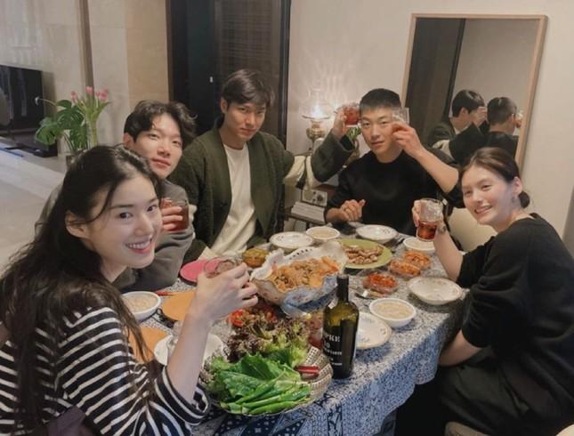 """""""Quân Vương Bất Diệt"""" tung ảnh hội ngộ, Lee Min Ho - Kim Go Eun có hành động bất thường ảnh 2"""
