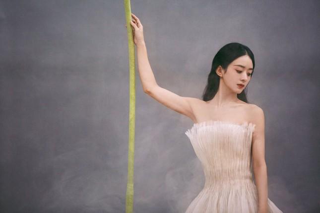 Triệu Lệ Dĩnh khiến fan lo lắng vì giảm cân quá đà, lộ vẻ tiều tụy dù diện đồ Dior ảnh 6