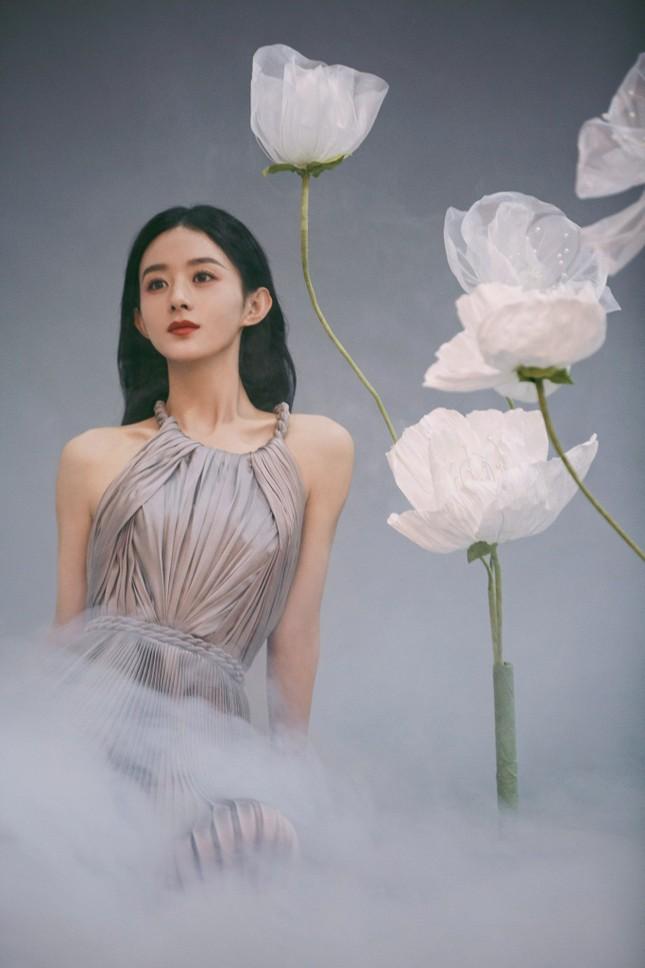 Triệu Lệ Dĩnh khiến fan lo lắng vì giảm cân quá đà, lộ vẻ tiều tụy dù diện đồ Dior ảnh 7