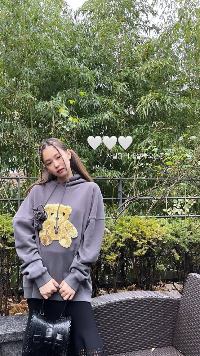Cạn lời với phong cách mới của Jennie: Từ kiểu tóc đến trang phục đều dị đến không tưởng ảnh 2
