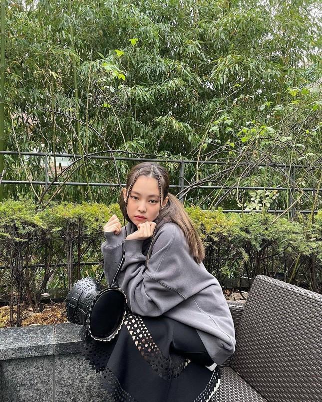 Cạn lời với phong cách mới của Jennie: Từ kiểu tóc đến trang phục đều dị đến không tưởng ảnh 3