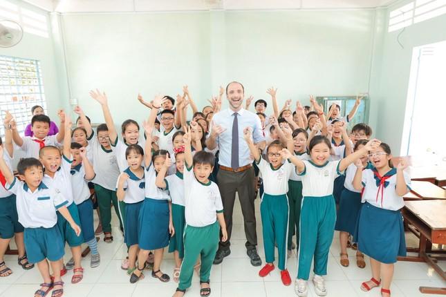 Món quà 20/11 đầy ý nghĩa của thầy trò tỉnh Vĩnh Long: Được tặng hơn 3000 cuốn sách ảnh 3
