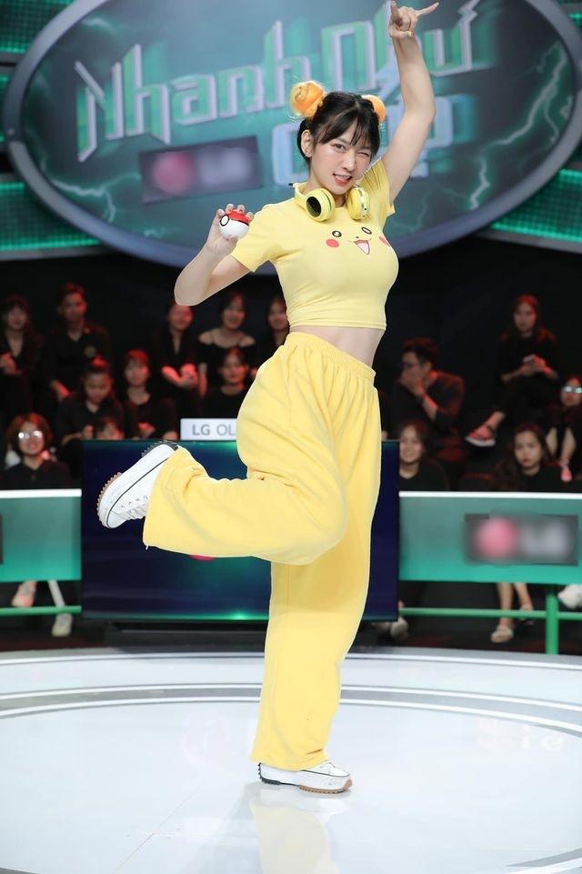 Netizen cạn lời khi nghe TikToker Lê Bống thanh minh về bộ đồ khiến khán giả phải đỏ mặt ảnh 4