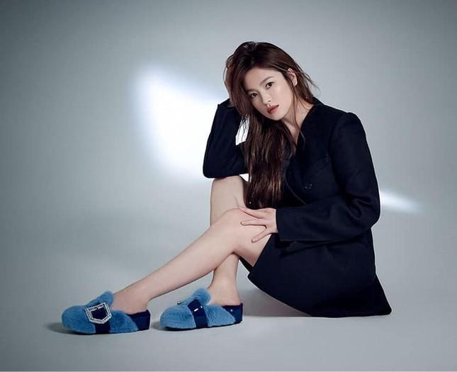 Song Hye Kyo - Song Joong Ki hậu ly hôn: Người thảnh thơi đọc thơ, người làm việc đêm ngày ảnh 1