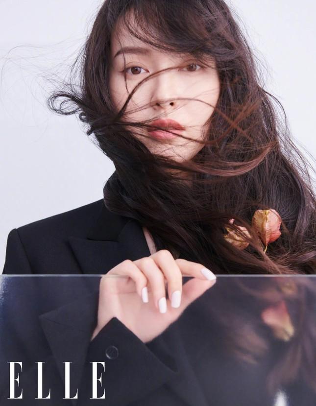 """Lisa (BLACKPINK) tiếp tục hứng """"gạch đá"""" chỉ vì bìa báo Elle Trung Quốc số cuối năm ảnh 5"""