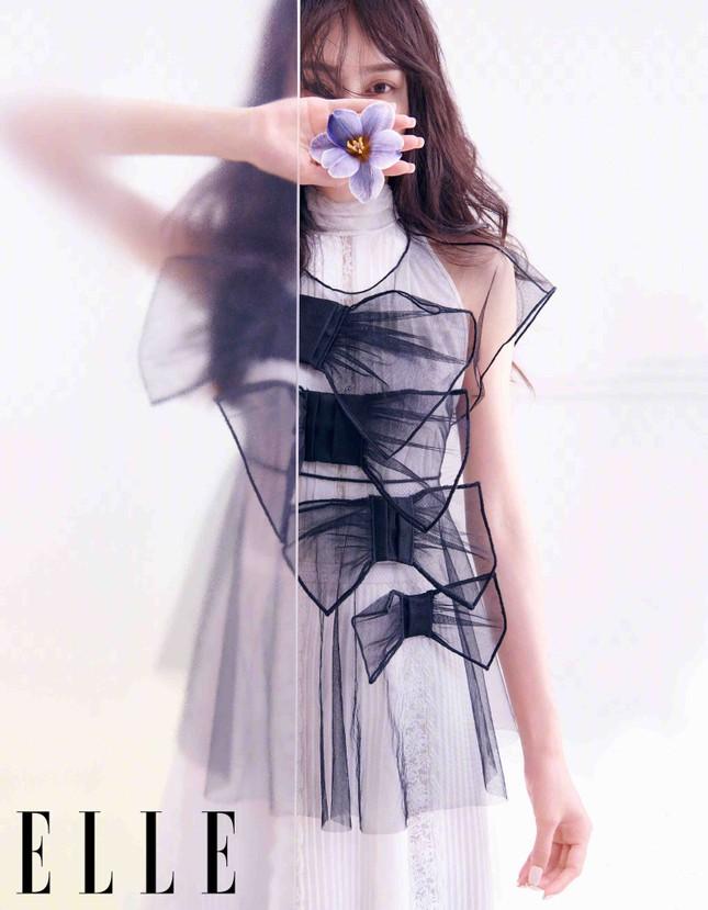 """Lisa (BLACKPINK) tiếp tục hứng """"gạch đá"""" chỉ vì bìa báo Elle Trung Quốc số cuối năm ảnh 6"""