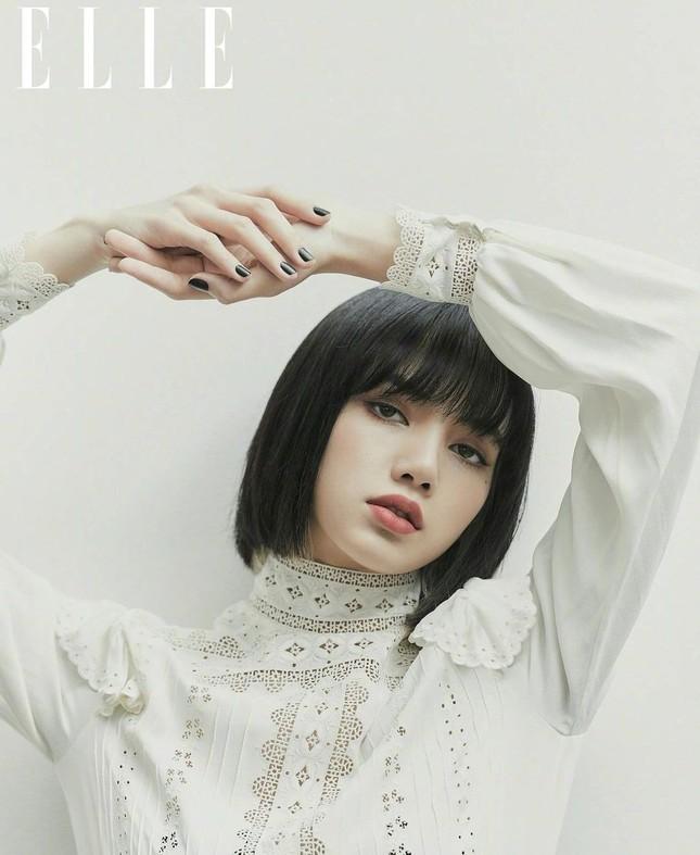 """Lisa (BLACKPINK) tiếp tục hứng """"gạch đá"""" chỉ vì bìa báo Elle Trung Quốc số cuối năm ảnh 3"""